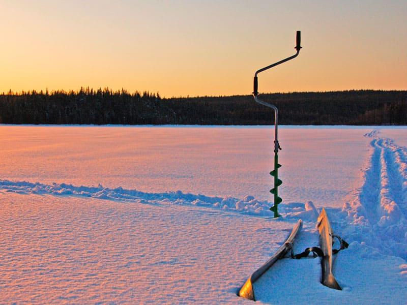 Выезд на зимнюю подледную рыбалку по глухой заснеженной карельской тайге на лесное озеро