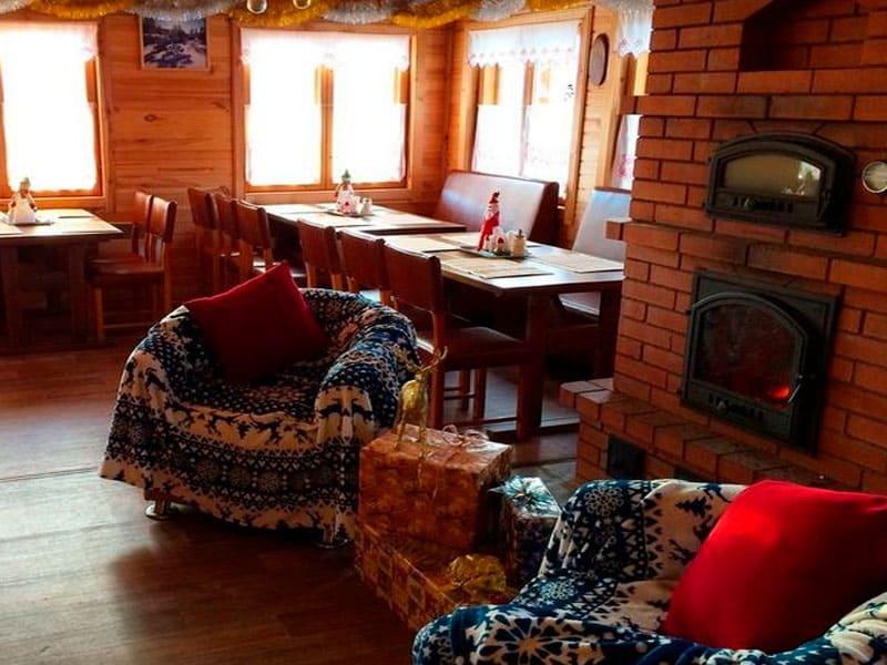 в уютном ресторане у камина