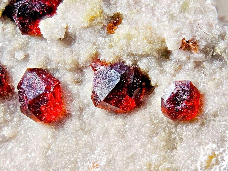 месторождения полудрагоценного камня граната
